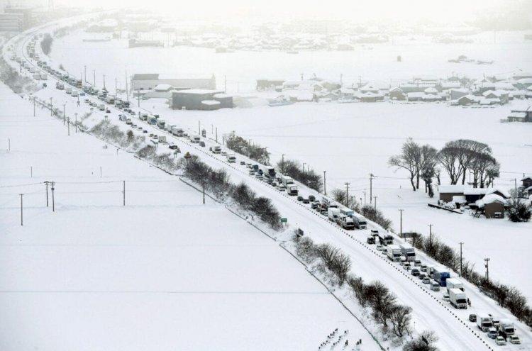 Japonya'yı vuran büyük kar fırtınasında sekiz kişi öldü, binlerce kişi mahsur kaldı